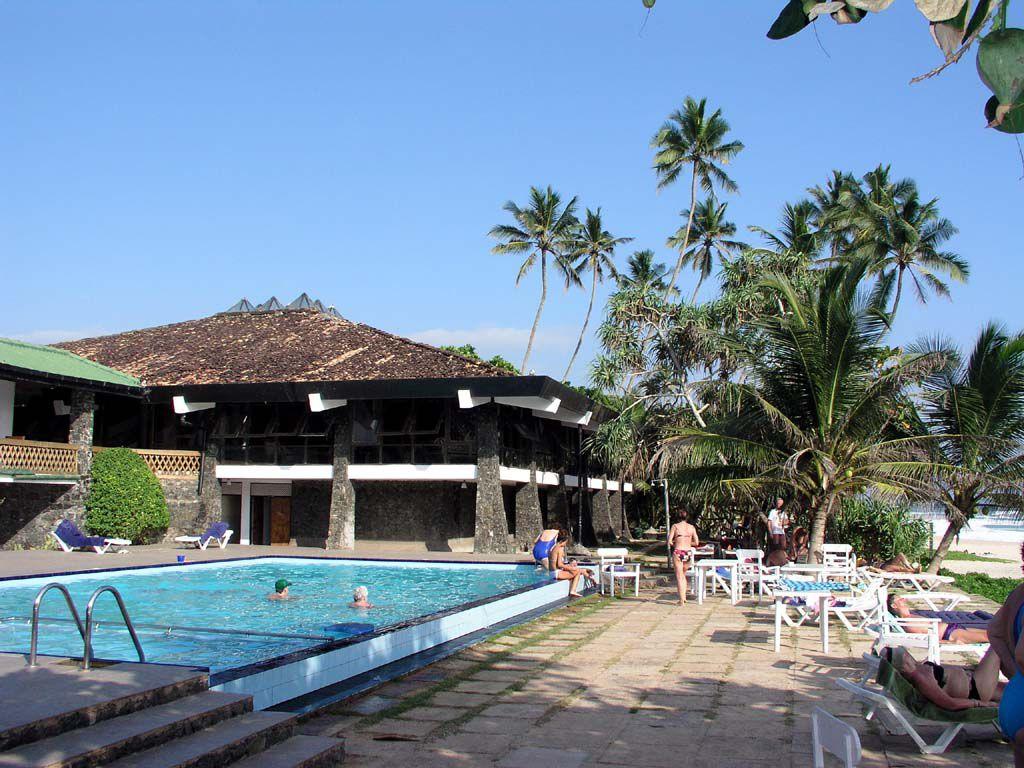 Pool des Koggala Beach Hotels, im Hintergrund die Bar
