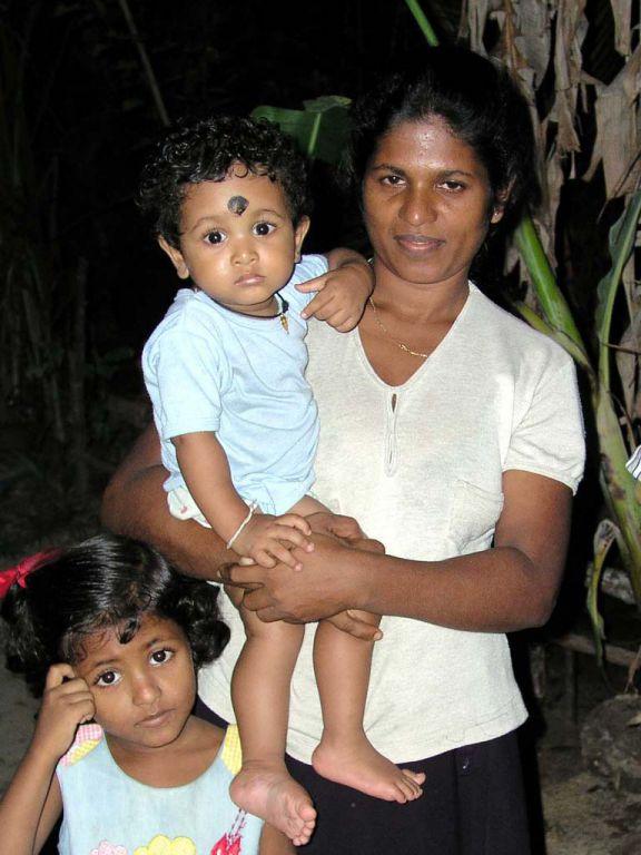 Frau mit Kindern in Koggala