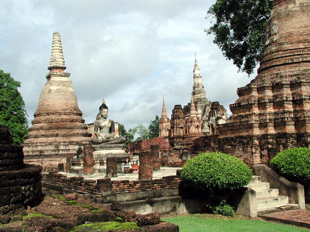 Chedis im Wat Mahathat in Sukhothai