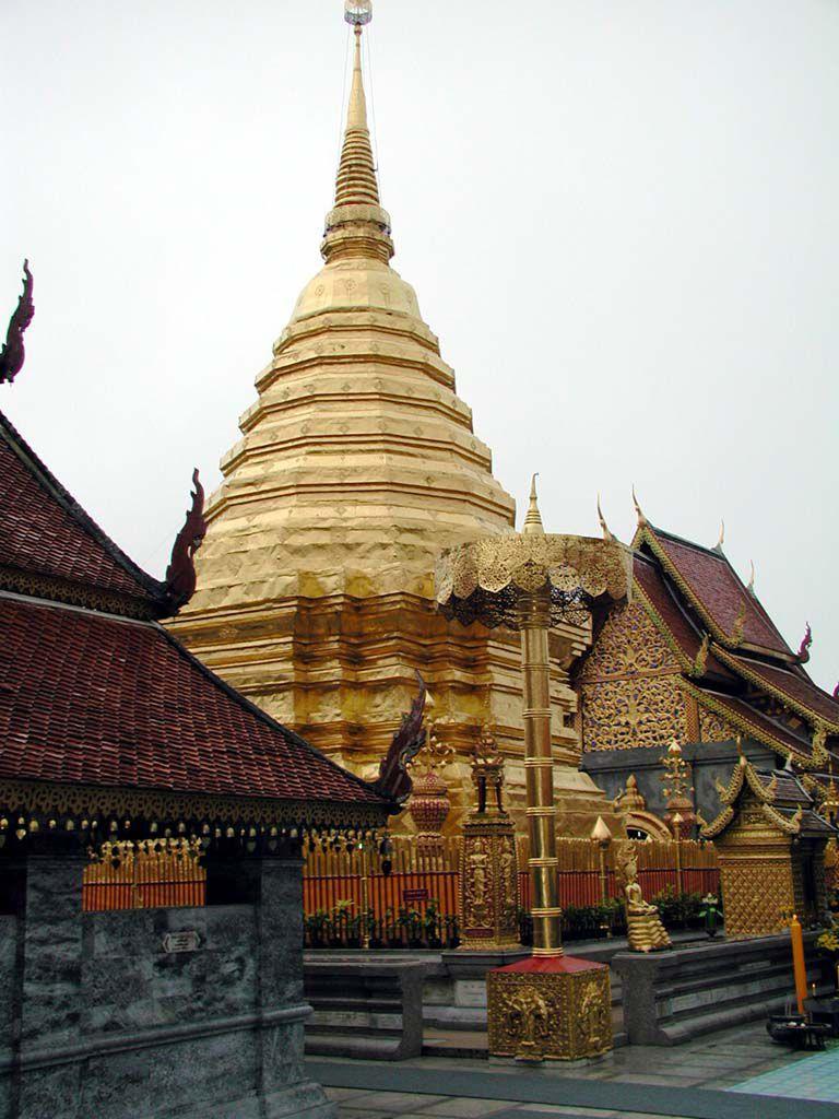 Vergoldete Chedi im Wat Phra That Doi Suthep über Chiang Mai