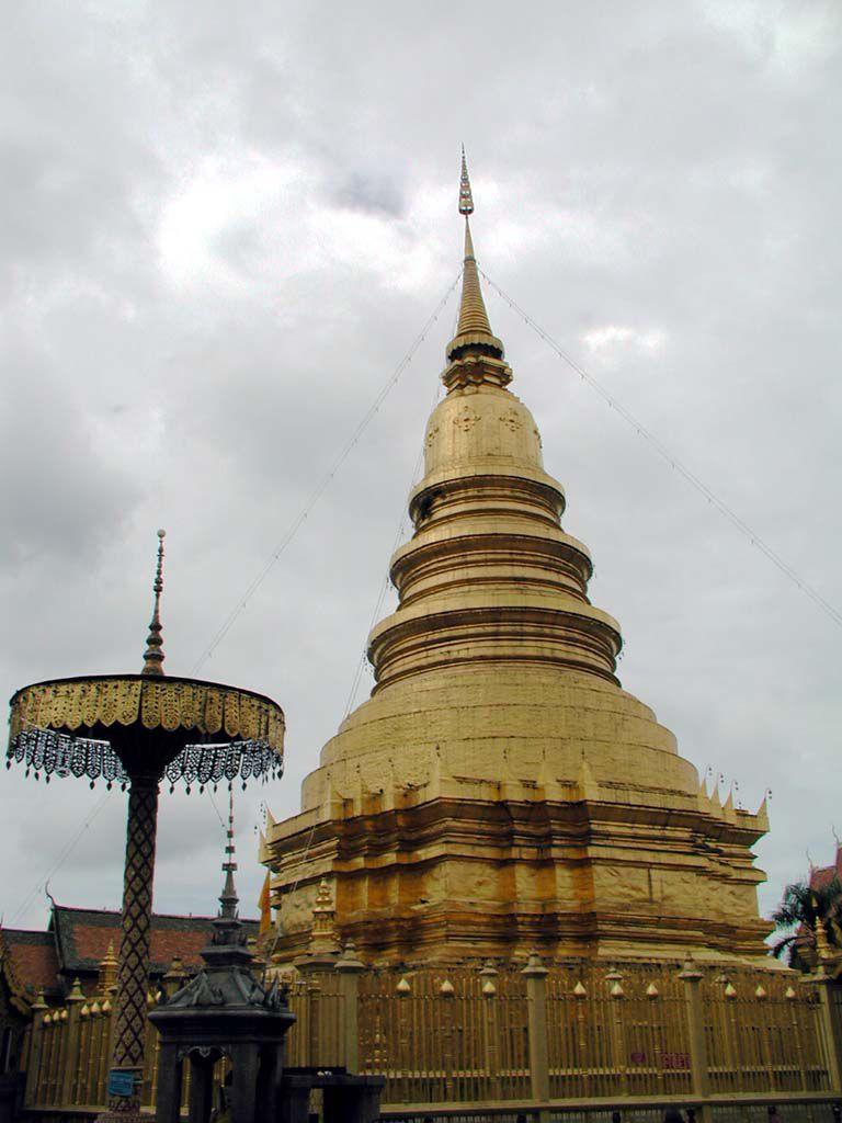 Vergoldete Chedi im Wat Phra That Haripunchai (Haripoonchai) in Lamphun
