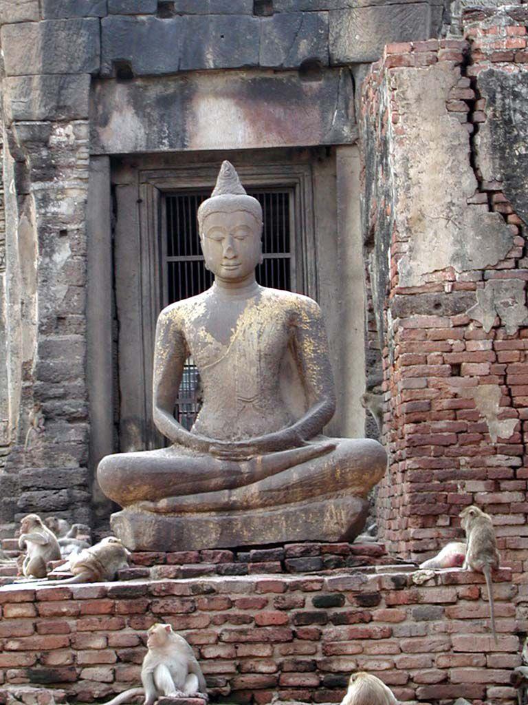 Buddhastatue im Affentempel von Lopburi