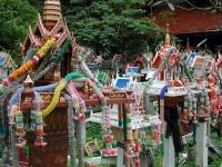Geisterhäuser an der Bezirksgrenze zwischen Lamphun und Lampang
