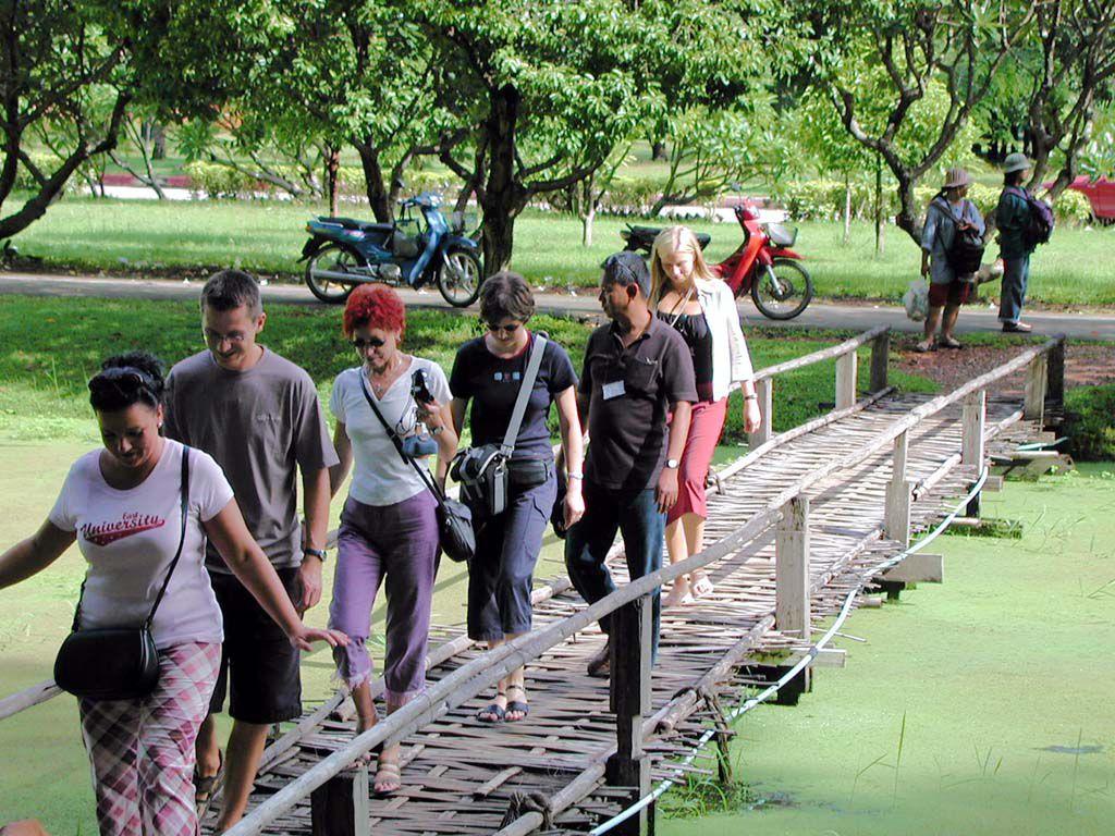 Teile unserer Reisegruppe auf einer Brücke in Sukhothai