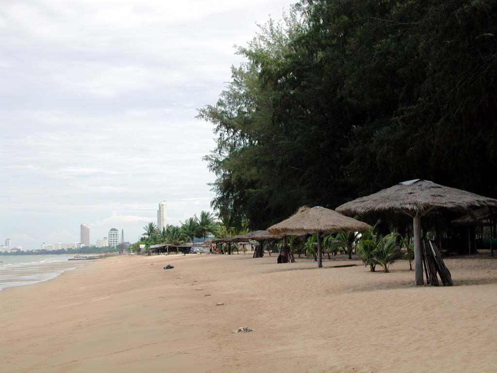 Strand vor dem Pinnacle Resort Golden Beach in Jomtien in nördliche Richtung