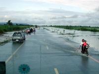 Überschwemmung einer 4-spurigen Straße nördlich von Phitsanuloke