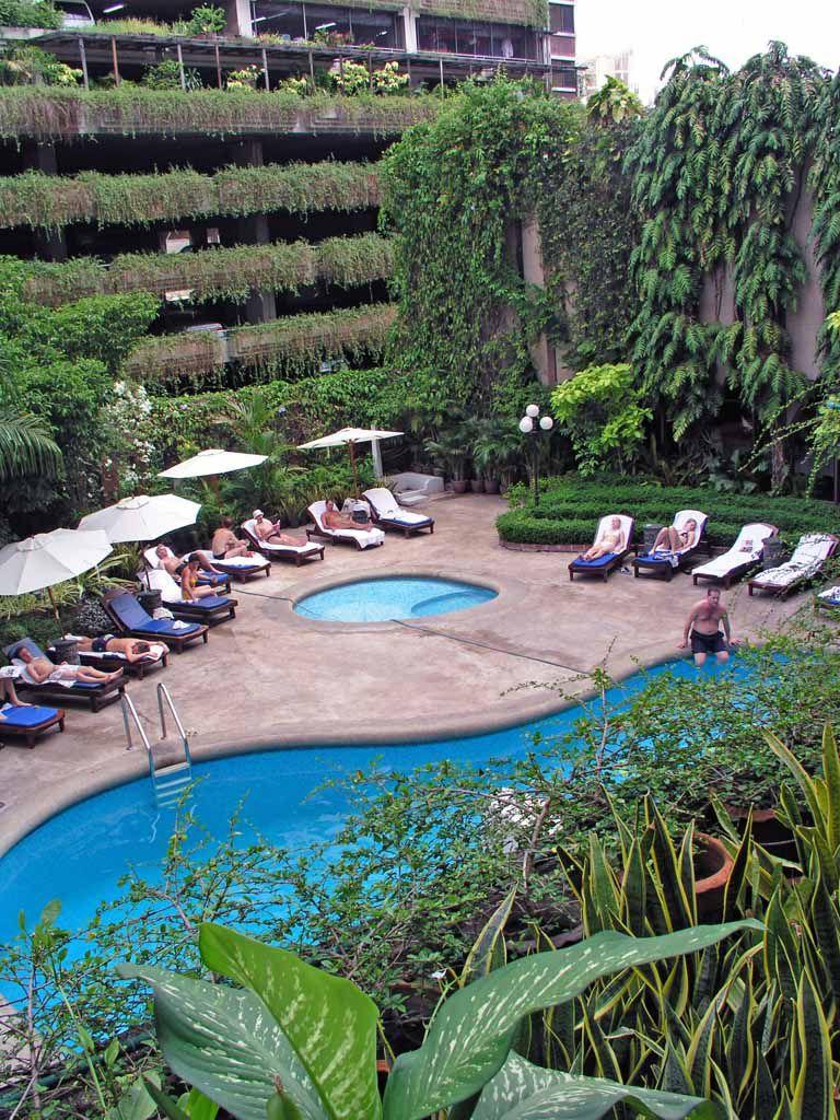 Swimmingpool des Tawana Ramada Hotels in Bangkok