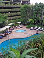 Swimmingpool des Tawana Ramada Hotels in Bangkok