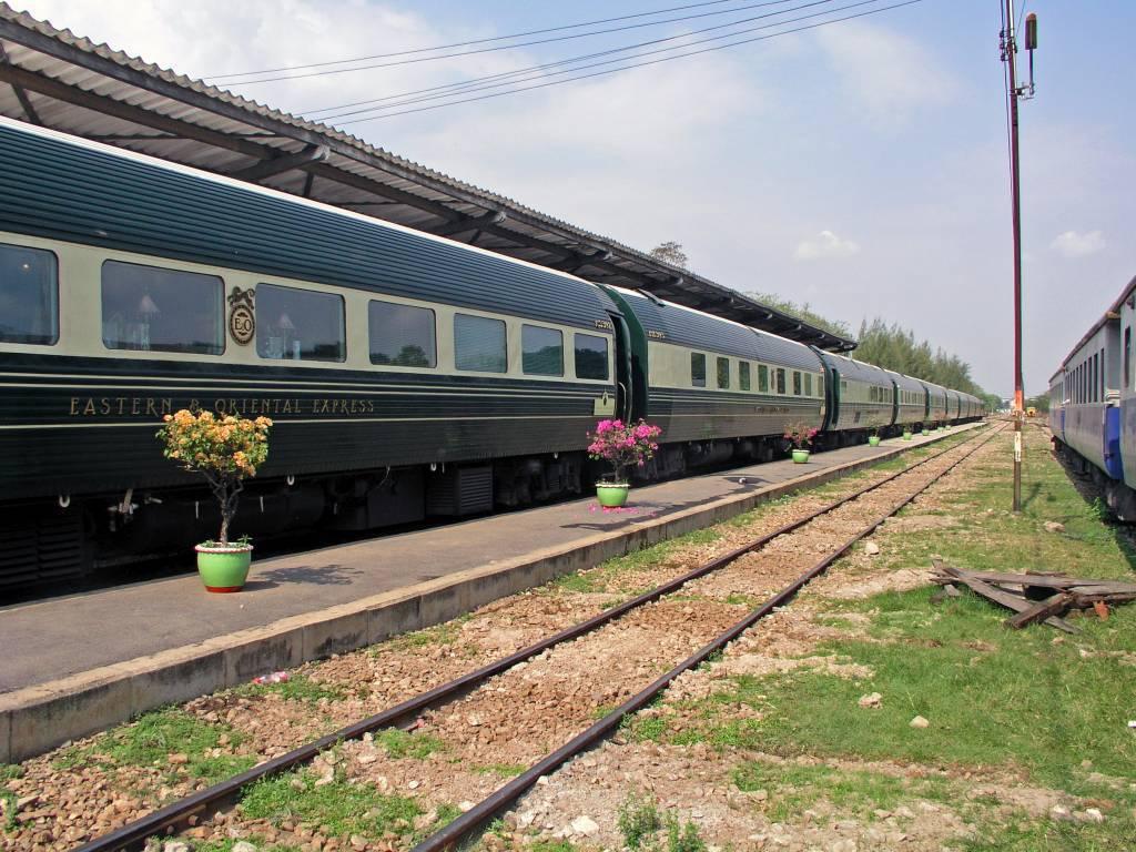 Huai Khaiaw, der Eastern & Oriental Express im Bahnhof von Kanchanaburi