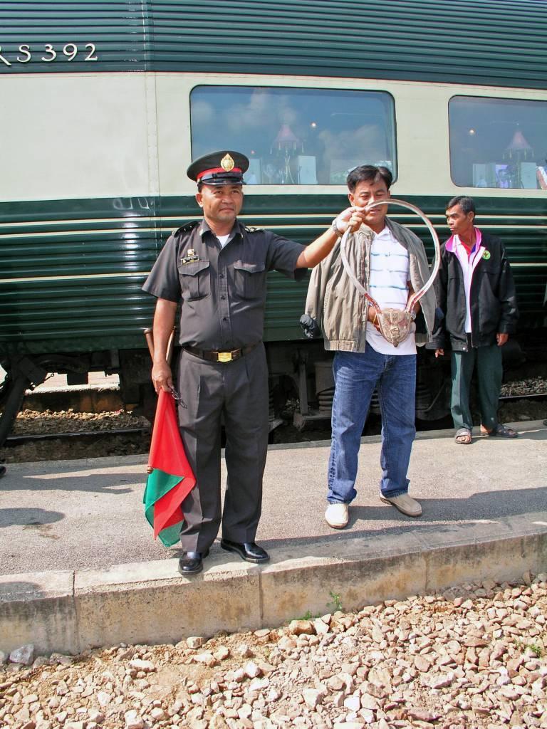 Huai Khaiaw, Bahnbediensteter im Bahnhof von Kanchanaburi