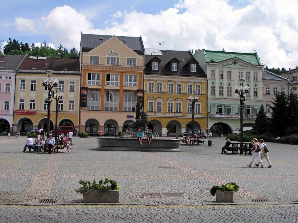 Trautenau, Marktplatz mit Gebäuden