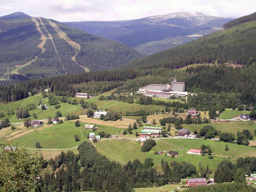 Spindlermühle, Blick auf das Hotel Olympie und die Abfahrten des Schüsselberges (Medvedin)