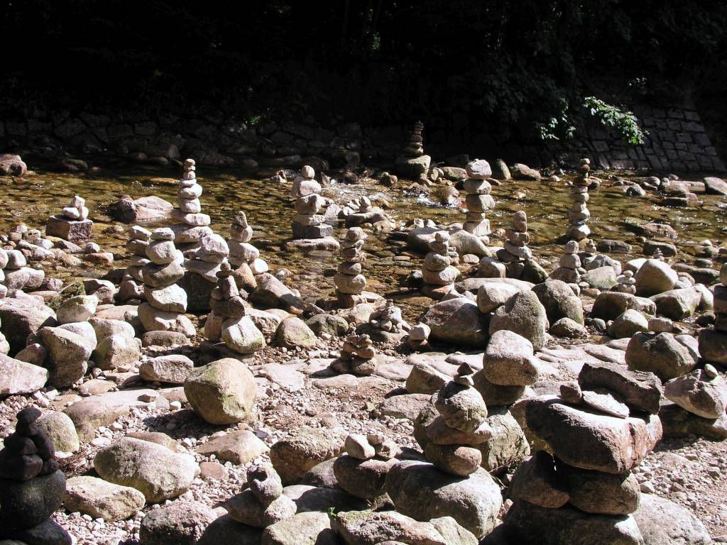 Spindlermühle, Steinpyramiden in der Elbe