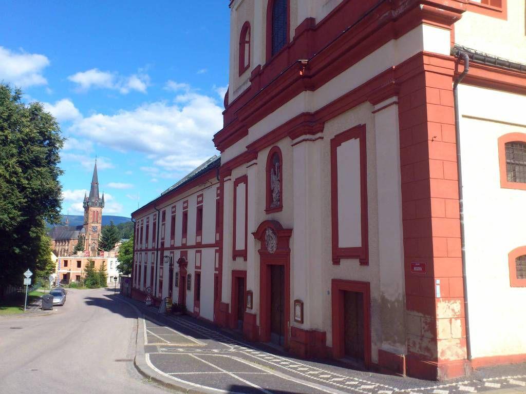 Hohenelbe, Augustinen Kloster, im Hintergrund die Kirche des hl. Laurentius