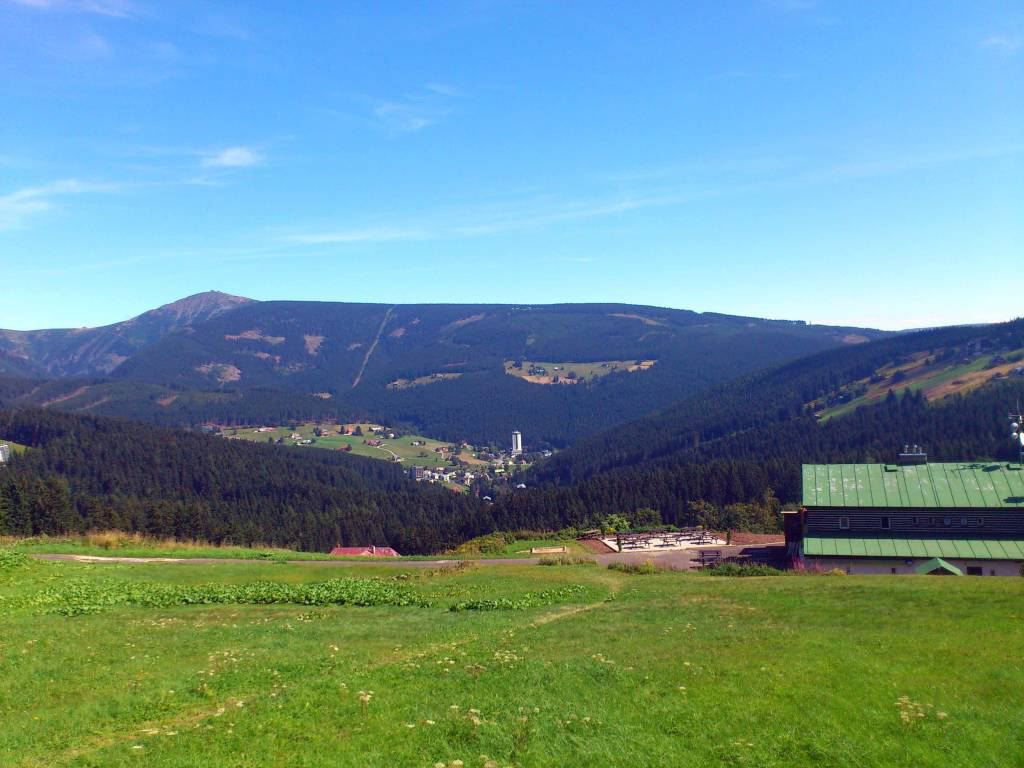 Petzer, Blick auf den Ort von Südwesten, im Hintergrund die Schneekoppe
