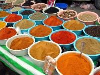 Gewürze auf dem Sonntagsmarkt in Sousse