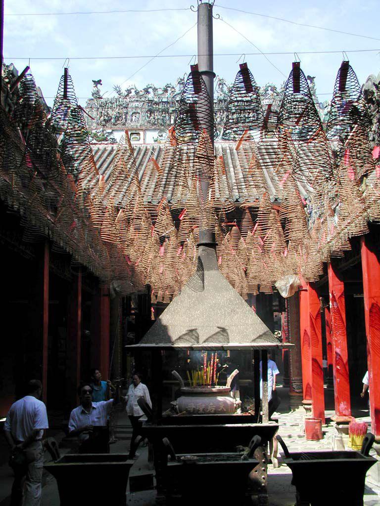 Räucherspiralen in einem der chinesischen Tempel von Saigon / Sai Gon / HCMC
