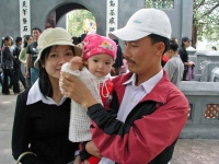Hanoi, Familie am Hoan Kiem See
