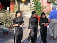 Hoi An, junge Frauen verlassen den Chinesischen Tempel