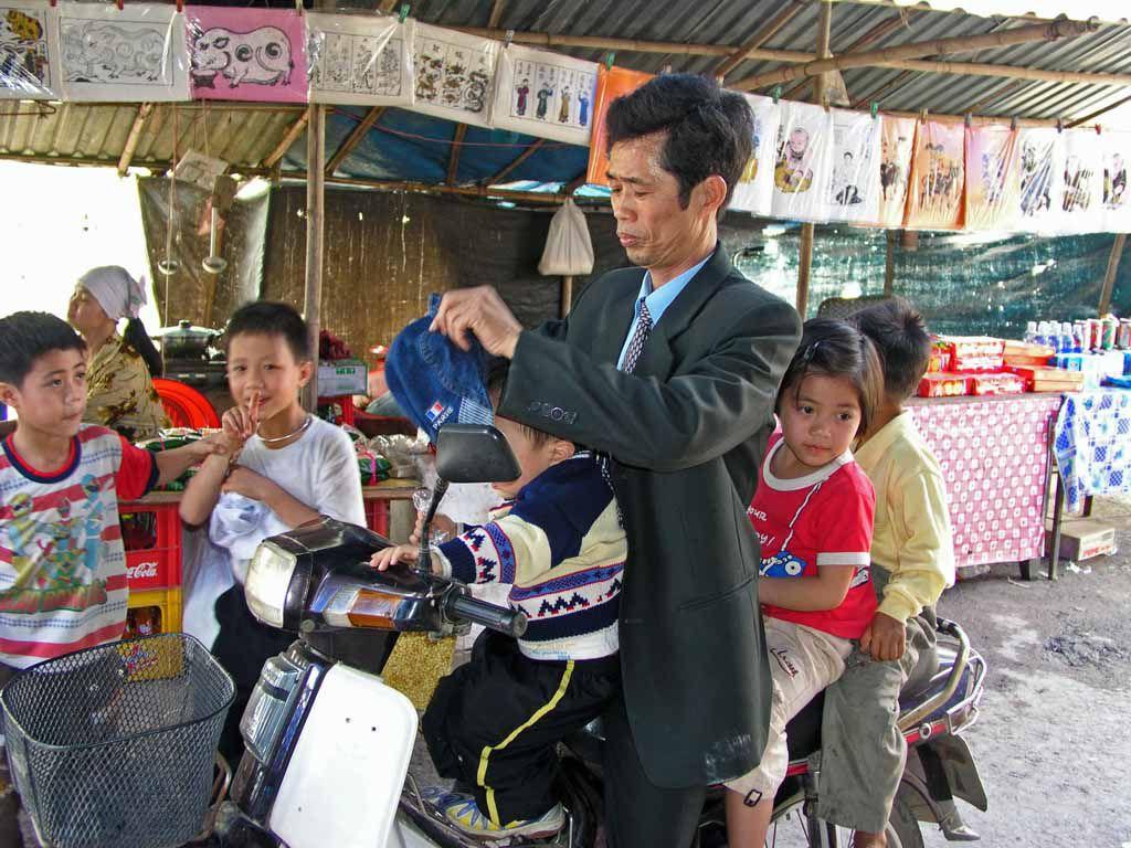 Vater mit Kindern in der But Thap Pagode, 50 Km nordöstlich Hanoi