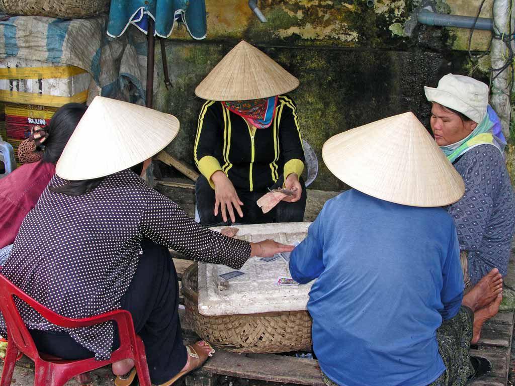 Hoi An, Marktfrauen beim Kartenspiel
