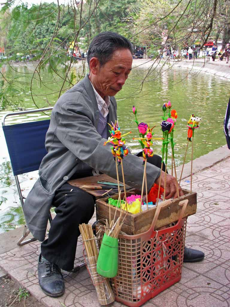 Hanoi, Spielwarenverkäufer am Hoan Kiem See