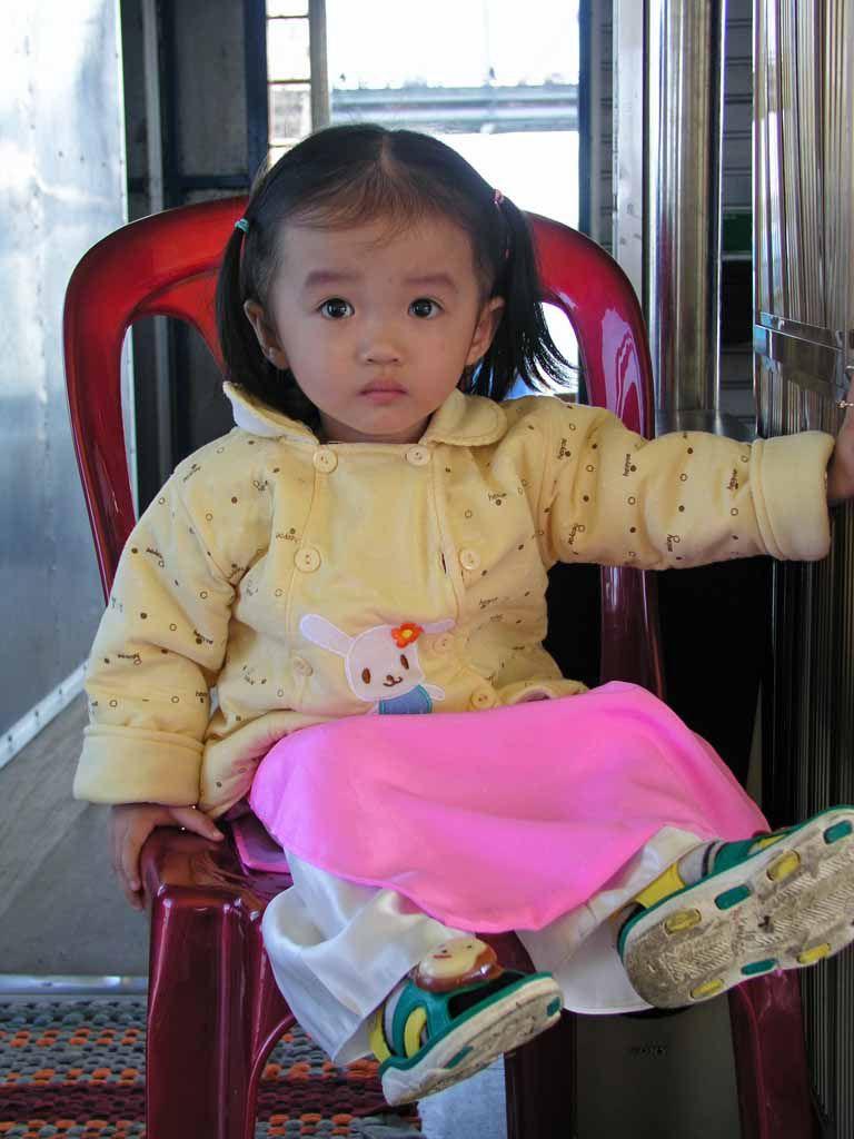 Kind auf einem Boot nahe Hue