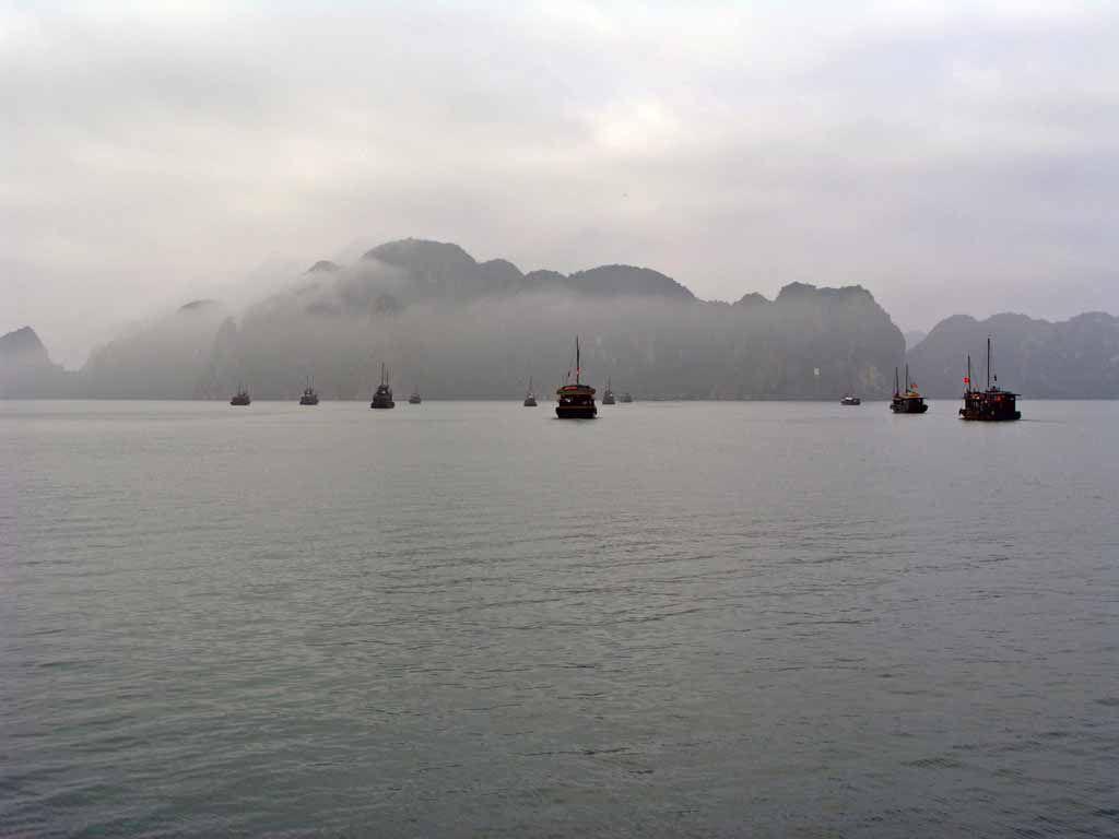 Halong Bucht im Morgennebel
