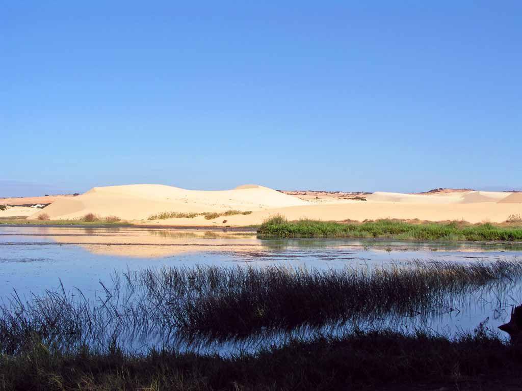 Nördlich Mui Ne, weißer See mit weißen Dünen