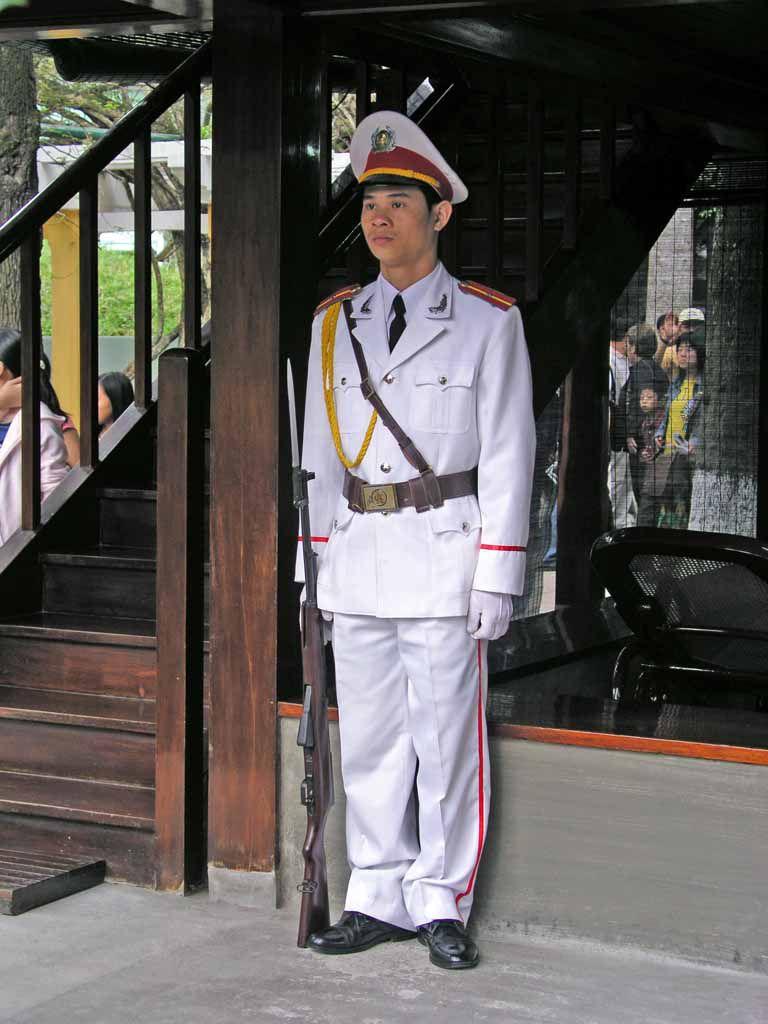 Hanoi, Wache am Wohnhaus von Ho Chi Minh