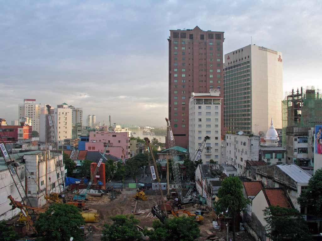 Saigon, Blick aus dem Duxton Hotel über eine Baustelle in Richtung Saigon Fluss, rechts die Kuppel des Grand Hotel