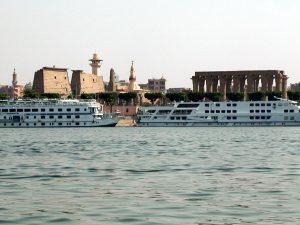 Nildampfer vor dem Luxortempel