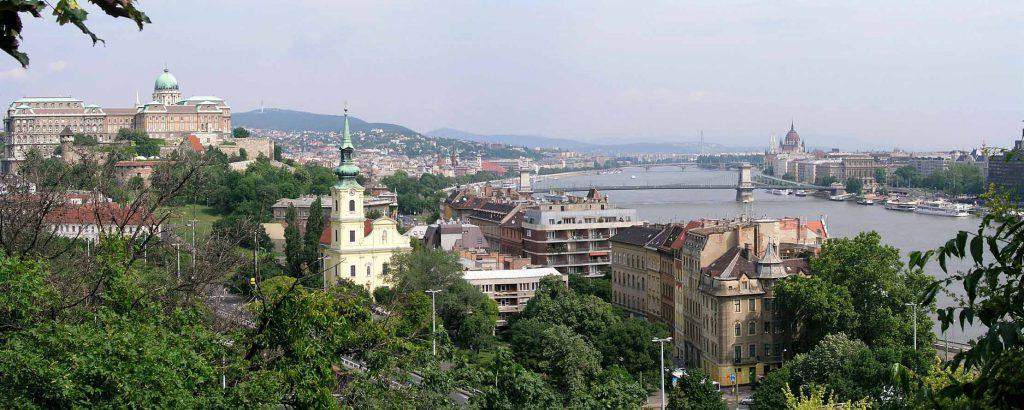 Panoramablick vom Gellértberg auf Burgpalast, Tabán Kirche, Kettenbrücke, Donau und Parlament
