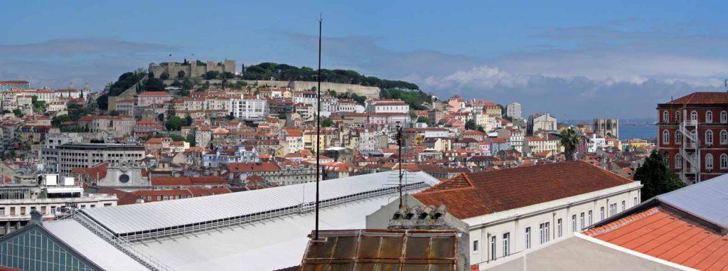 Blick vom Miradouro de Sao Pedro de Alcantara auf das Castelo de Sao Jorge