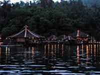 Blick vom Meer auf das abendliche Gayana Island Resort