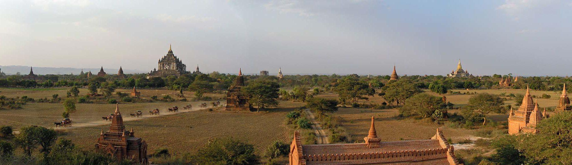 Panoramablick über einige Pagoden von Bagan