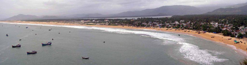 Panoramablick auf einen Strand kurz hinter Qui Nho'n